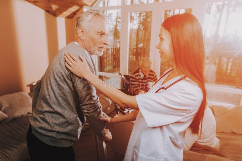 Enfermeira asiática ajudas Caminhante adulto Lar de idosos foto de stock royalty free