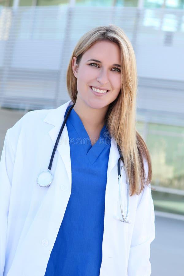 Enfermeira bonita no hospital fotos de stock