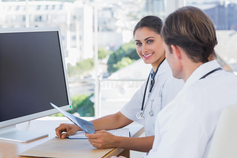Enfermeira bonita que guardara um raio de x foto de stock royalty free