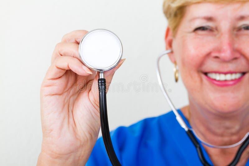 Enfermeira com estetoscópio foto de stock