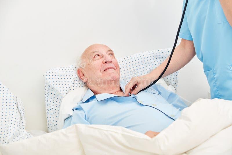 A enfermeira com estetoscópio escuta superior fotografia de stock