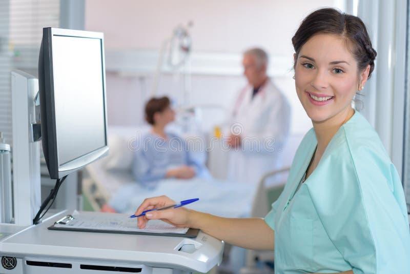 Enfermeira com o estetoscópio que olha a câmera fotos de stock royalty free