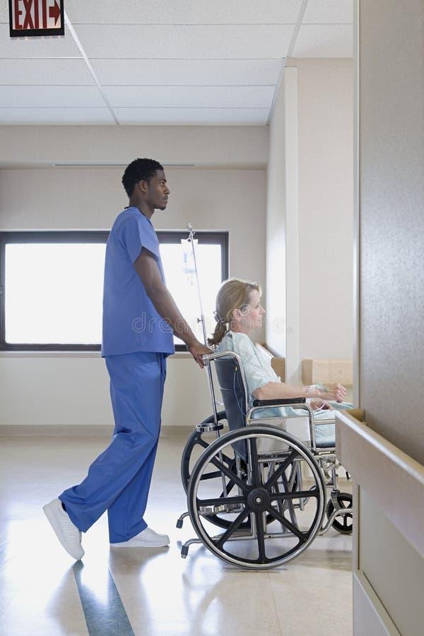 Enfermeira com o paciente na cadeira de rodas fotografia de stock royalty free
