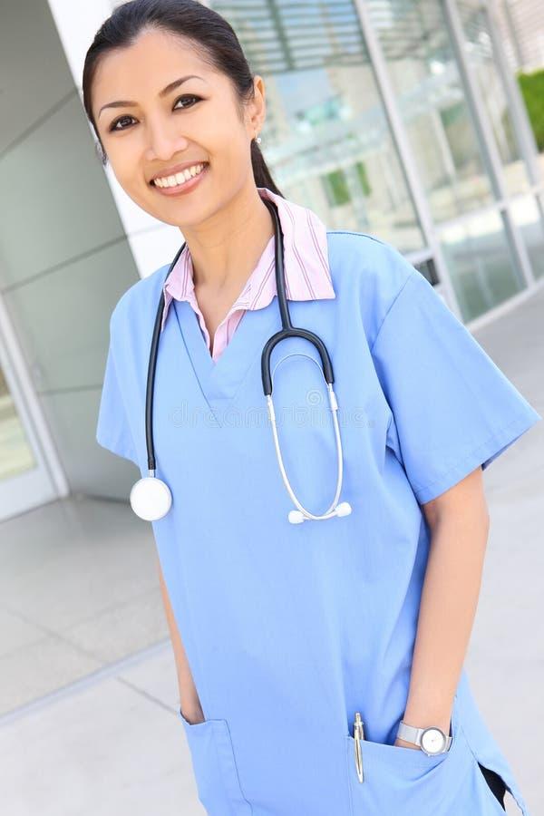 Enfermeira consideravelmente asiática imagem de stock