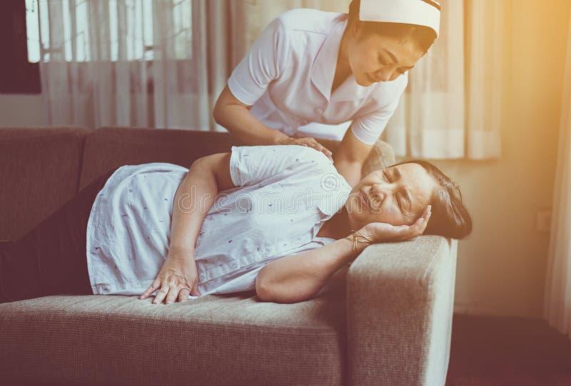 Enfermeira cuidando da paciente idosa asiática madura, feliz e sorridente, conceito saudável sênior imagens de stock