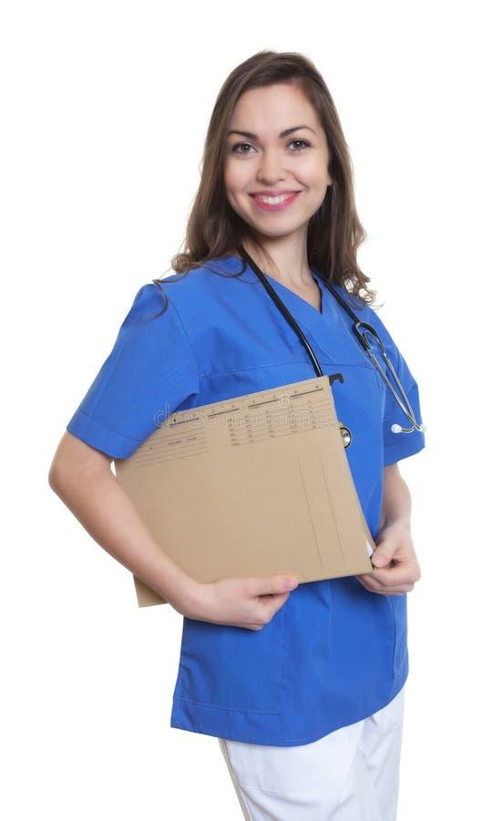 Enfermeira de riso com cabelo escuro e arquivo longos foto de stock royalty free
