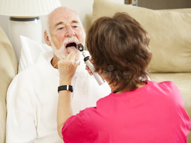 Enfermeira de saúde Home - diga Ah foto de stock royalty free