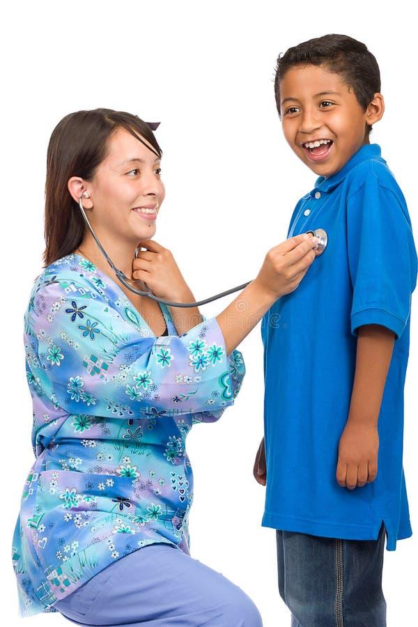 Enfermeira dos jovens que verific o menino fotografia de stock royalty free