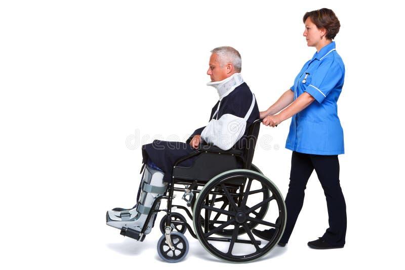 Enfermeira e homem ferido na cadeira de rodas fotos de stock royalty free