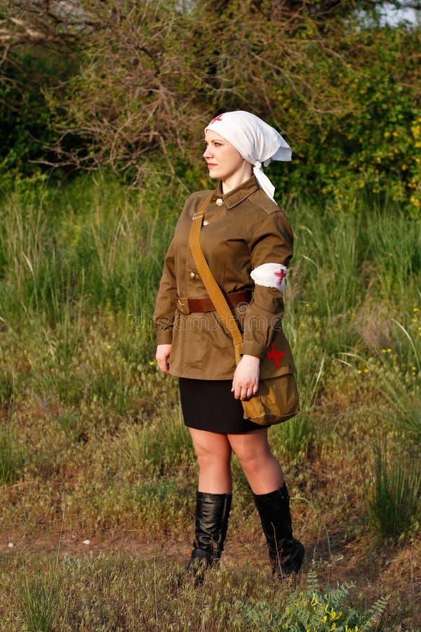 Enfermeira fêmea soviética bonita no uniforme da segunda guerra mundial em Mamayev Kurgan em Volgograd imagens de stock