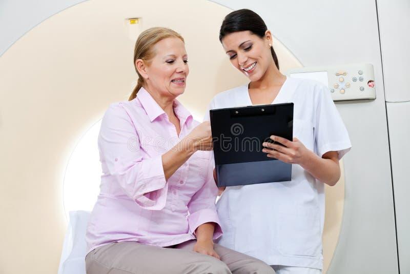 Enfermeira With Female Patient imagem de stock