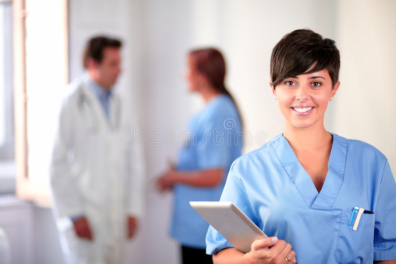 Enfermeira latin bonita na posição uniforme azul fotos de stock royalty free