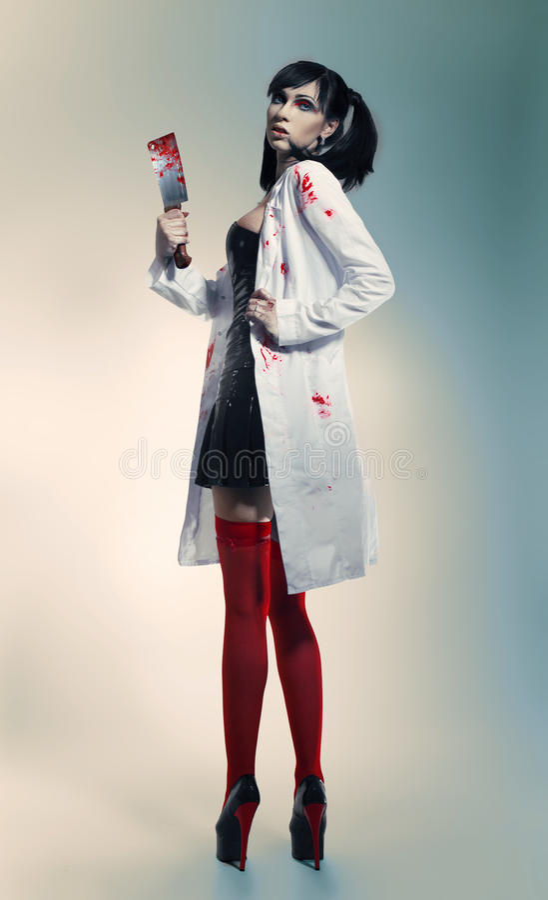 Enfermeira louca com faca sangrenta imagens de stock royalty free
