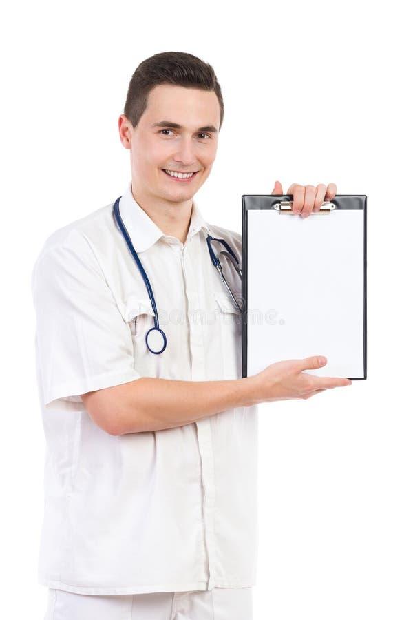 Enfermeira masculina nova que mostra uma prancheta com espaço da cópia fotos de stock