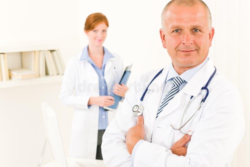 Enfermeira masculina sênior dos jovens da equipe do médico fotografia de stock