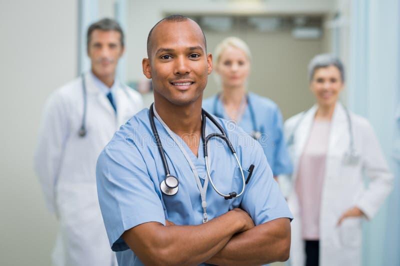 Enfermeira masculina satisfeita imagem de stock