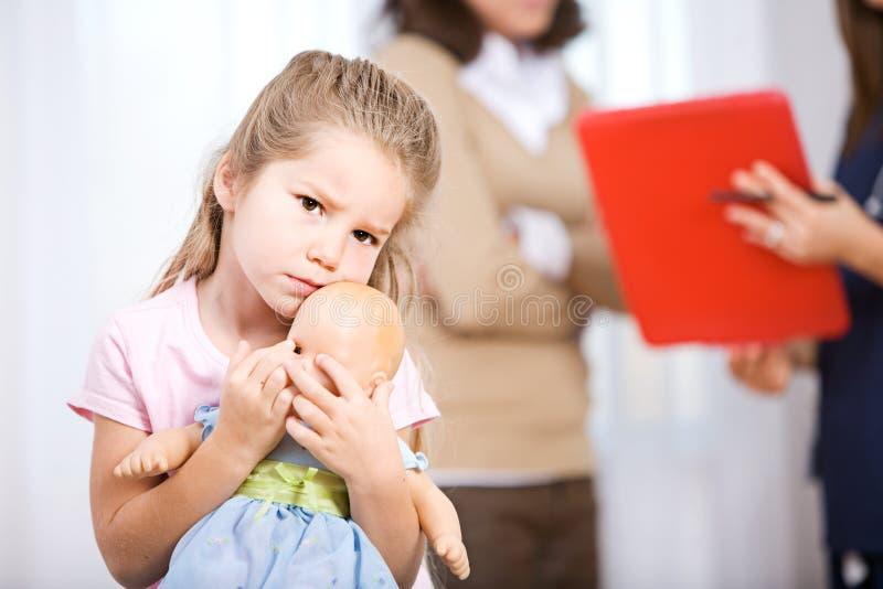 Enfermeira: O pai fala para medicar With Child Unsure fotos de stock royalty free