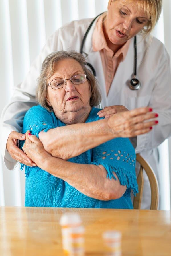 Enfermeira ou mulher do doutor Helping Senior Adult com exerc?cios de bra?o imagens de stock