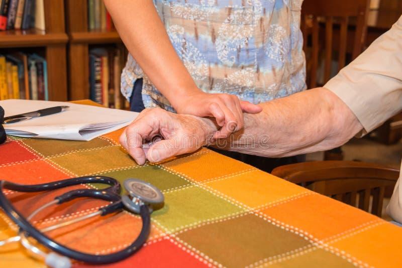 Enfermeira Patient Vital Signs dos cuidados médicos home foto de stock royalty free