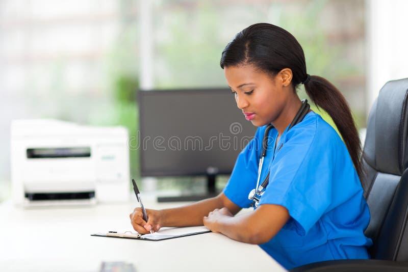 Relatórios da escrita da enfermeira foto de stock