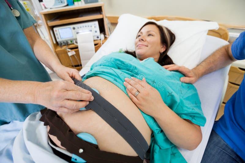 Enfermeira Preparing Pregnant Woman para a pulsação do coração fotografia de stock royalty free
