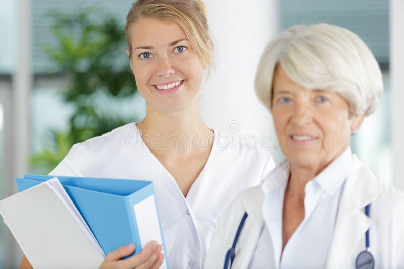 Enfermeira profissional do retrato e doutor fêmea maduro fotografia de stock