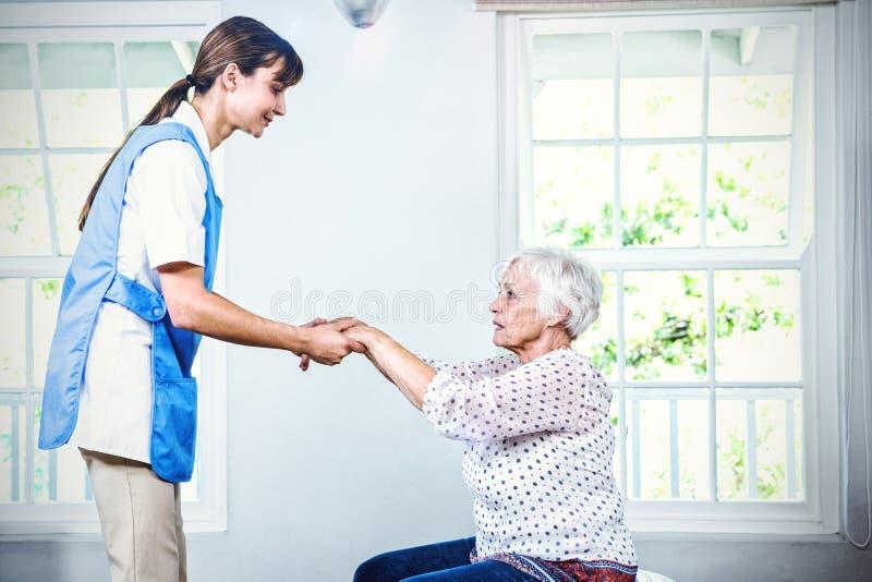 Enfermeira que ajuda à mulher superior imagens de stock royalty free