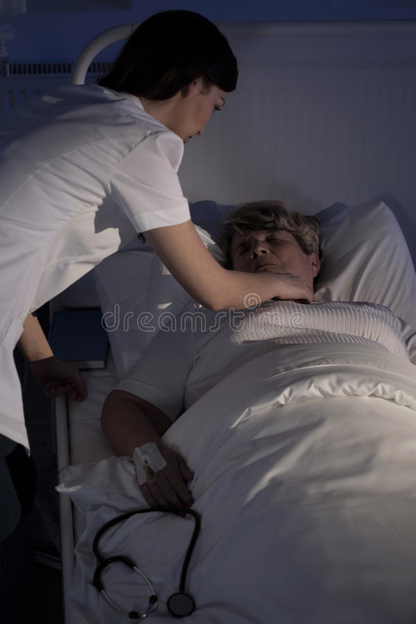 Enfermeira que ajuda um paciente superior foto de stock royalty free
