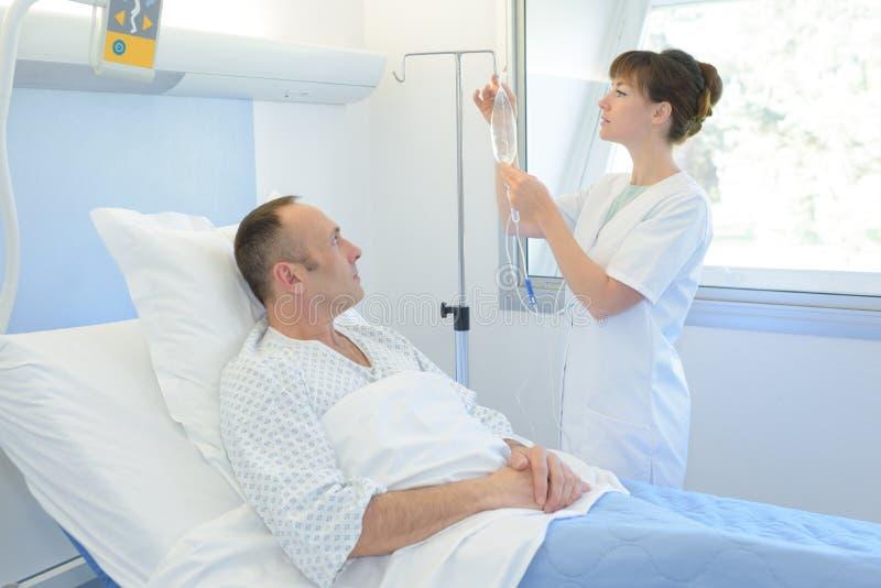 Enfermeira que dá a injeção ao paciente no hospital fotografia de stock royalty free