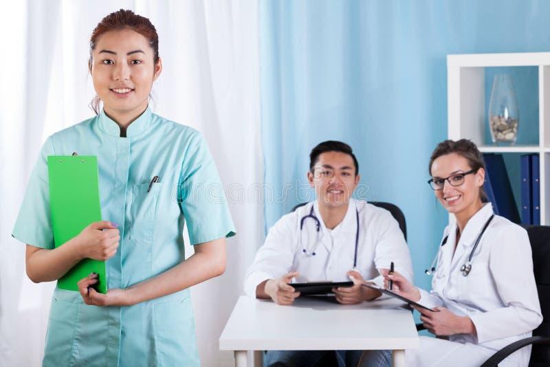 Enfermeira que está na sala do doutor fotografia de stock