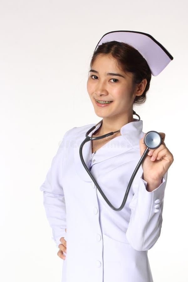 Enfermeira que guarda um estetoscópio imagem de stock