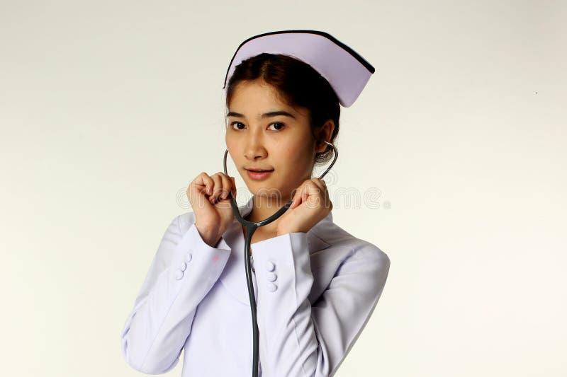 Enfermeira que guardara um estetoscópio fotografia de stock