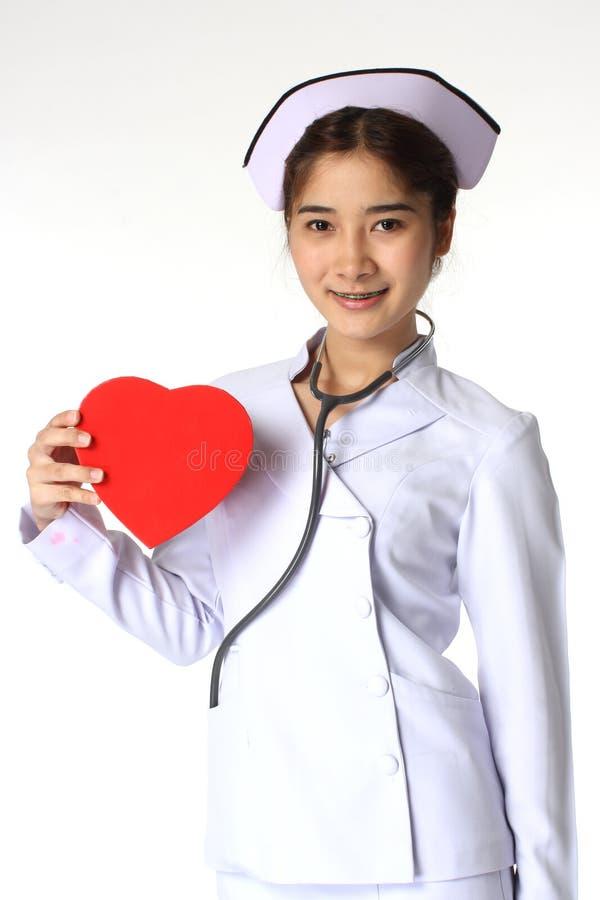Enfermeira que guardara uma caixa do chocolate imagem de stock