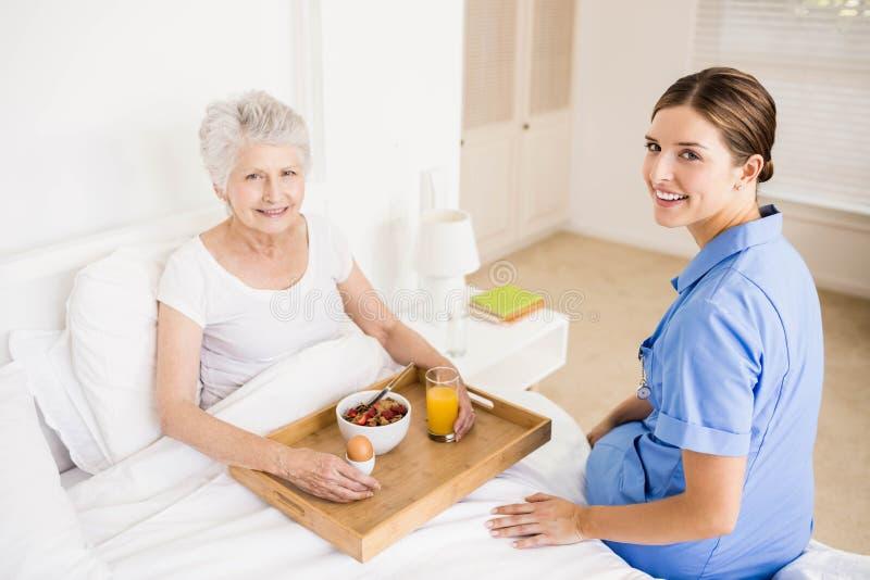 Enfermeira que toma de sofrer o paciente superior imagem de stock royalty free