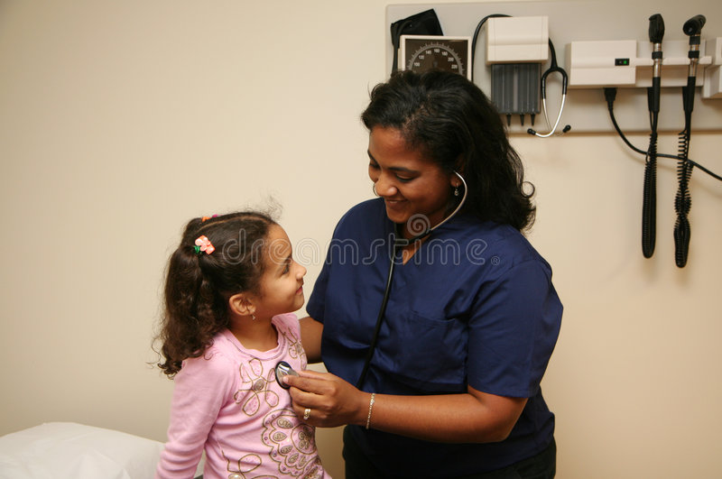 A enfermeira verific o paciente novo fotos de stock
