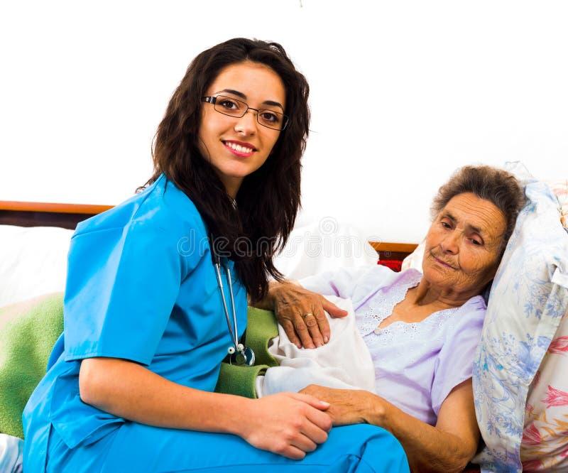 Enfermeiras úteis com pacientes fotografia de stock royalty free