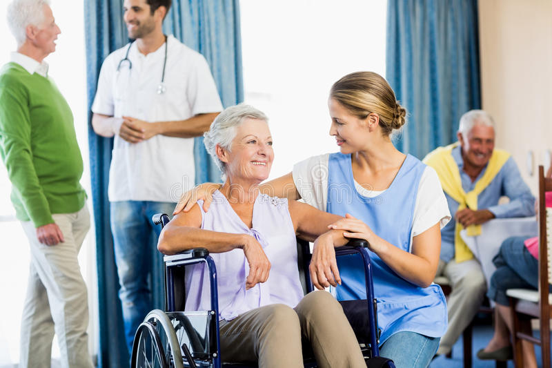 Enfermeiras que tomam dos sêniores imagens de stock