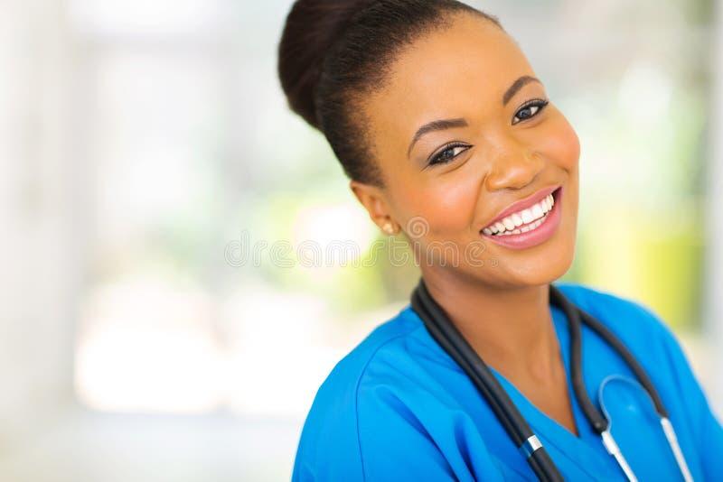Enfermera africana feliz fotos de archivo libres de regalías