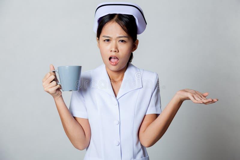 Enfermera asiática joven enojada imagen de archivo