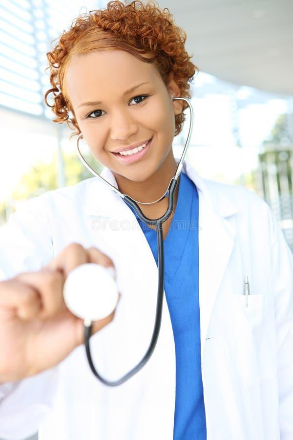 Enfermera bastante africana en el hospital imágenes de archivo libres de regalías