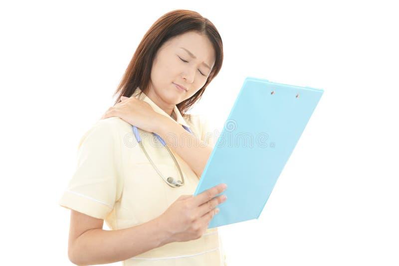 Enfermera con dolor del hombro. fotografía de archivo libre de regalías