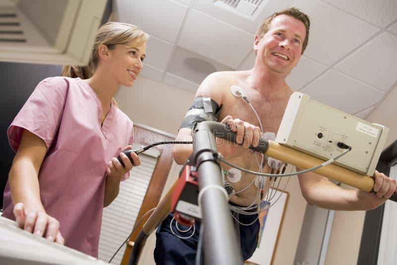Enfermera con el paciente durante la verificación de salud foto de archivo