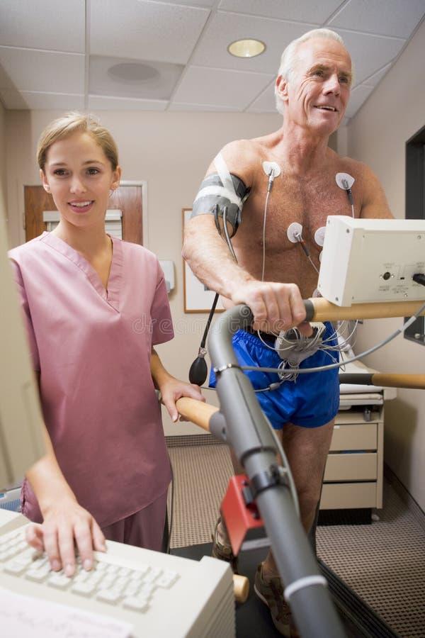 Enfermera con el paciente durante la verificación de salud imagenes de archivo
