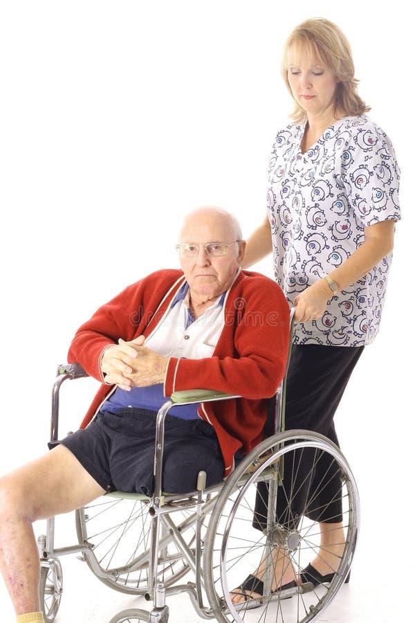 Enfermera con el paciente mayor lisiado foto de archivo