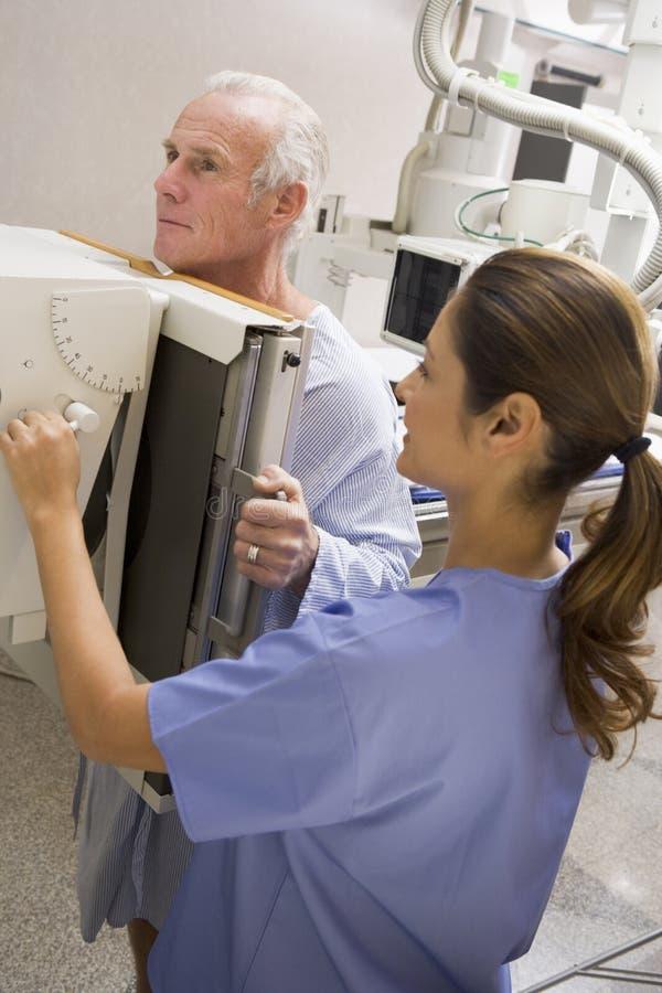 Enfermera con el paciente que tiene una radiografía fotografía de archivo libre de regalías