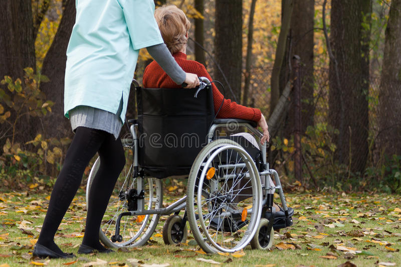 Enfermera con incapacidad al aire libre imagen de archivo libre de regalías