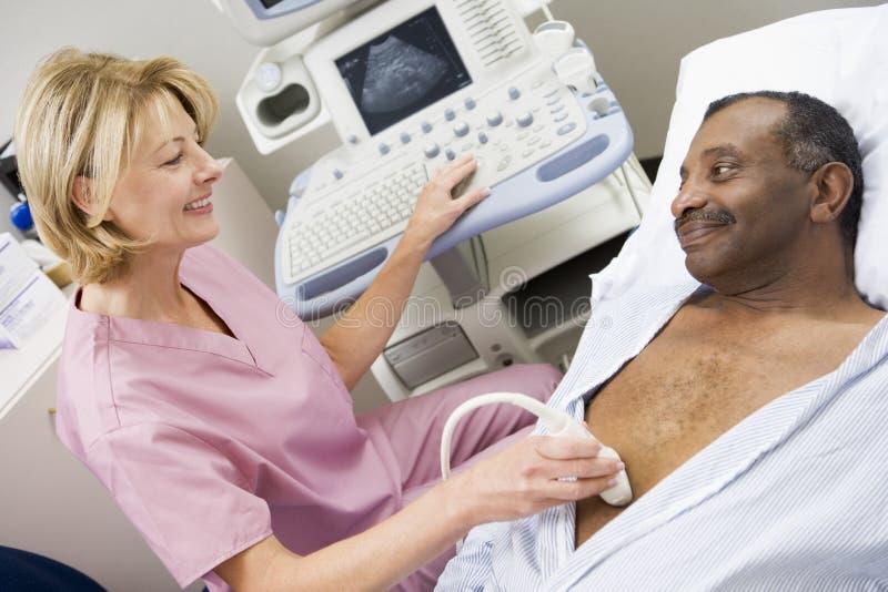 Enfermera con paciente teniendo exploración del ultrasonido fotos de archivo libres de regalías