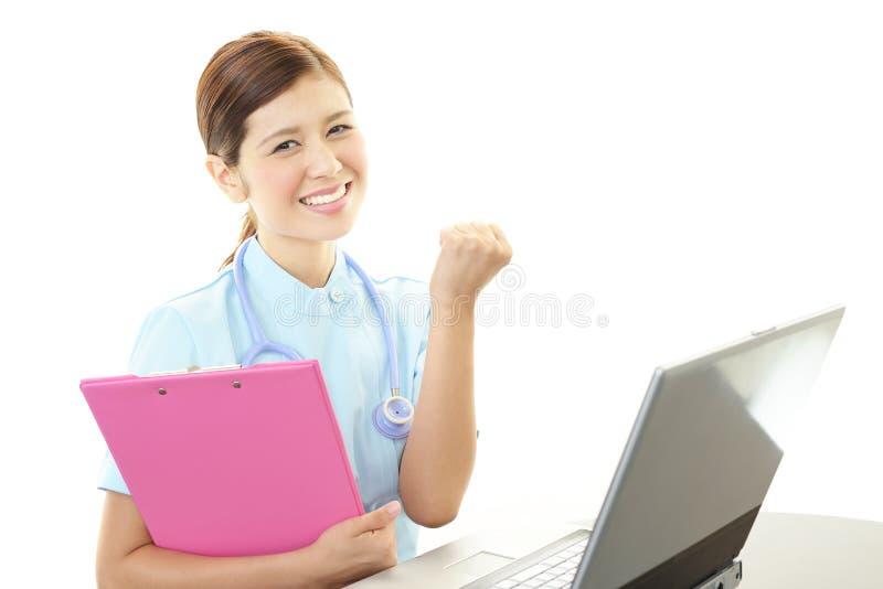 Enfermera de sexo femenino asiática sonriente imagenes de archivo