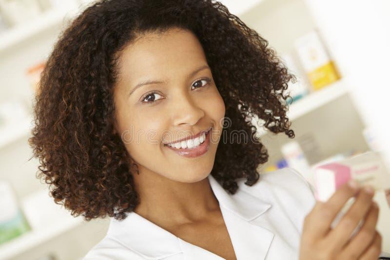 Enfermera de sexo femenino BRITÁNICA en farmacia imagen de archivo libre de regalías