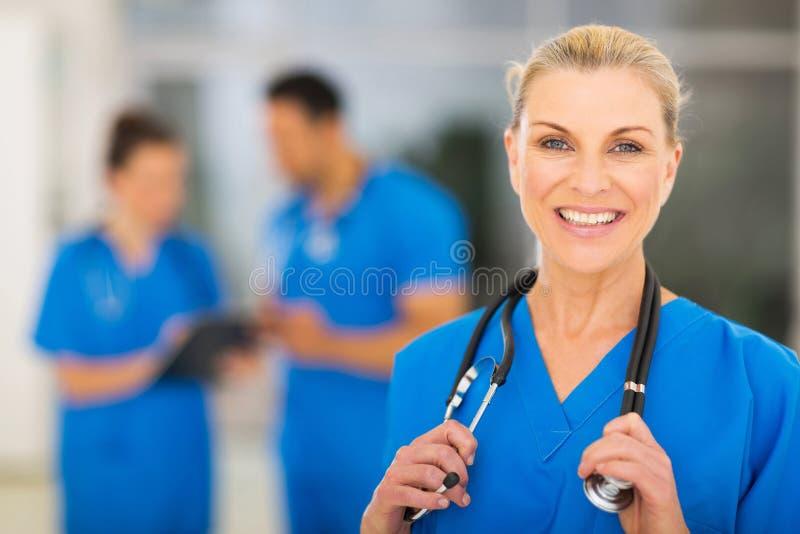 Enfermera de sexo femenino de la mediados de edad fotografía de archivo